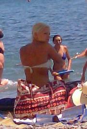 Название: Блондинка загарает на пляже.jpg Просмотров: 1038  Размер: 29.9 Кб