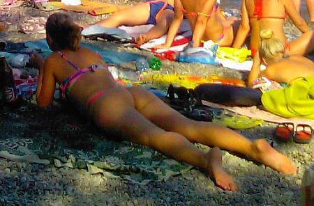 Нажмите на изображение для увеличения Название: Стройная девушка загарает на пляже в Гурзуфе.jpg Просмотров: 413 Размер:85.1 Кб ID:158